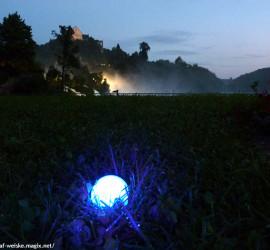 Golfball im Rough angestrahlt mit dem speziellen Licht des Golfball-Uhu LED Ballfinder